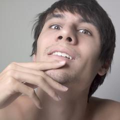 jeune homme nu en réflexion