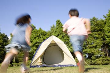 テントへ向かって走る兄妹