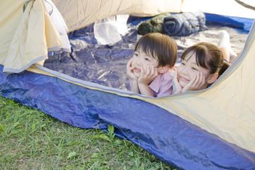 テントから空を見上げる兄妹