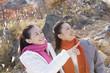 温泉地を観光する女性2人