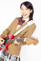 ギターを弾く女子高校生