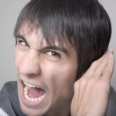 jeune homme cri crise de colère