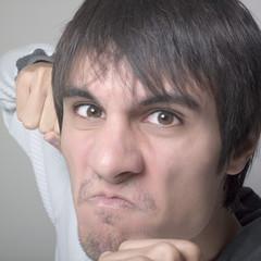 jeune homme hargne colère