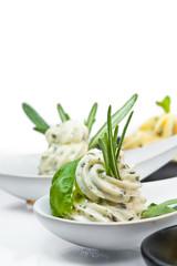 Kräuterbutter mit Löffel Close Up Salat