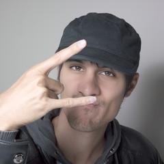 jeune homme casquette urbain