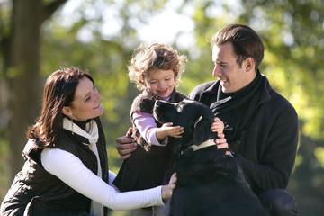 Famille et labrador à la campagne