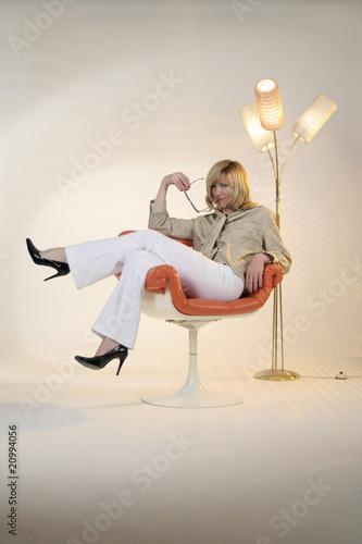 Frau im Sessel vor Stehlampe © Stefan_Weis