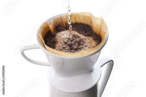 kaffee kochen mit porzellan filter von runzelkorn lizenzfreies foto 21002806 auf. Black Bedroom Furniture Sets. Home Design Ideas