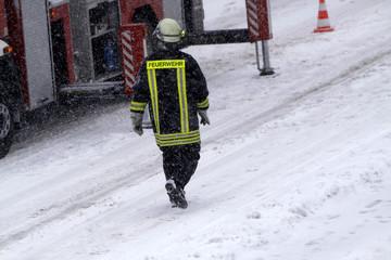 Feuerwehreinsatz in dichtem Schneetreiben