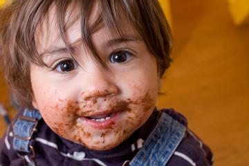 bambino sporco di cioccolato