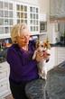 Frau mit dem Hund in der Küche
