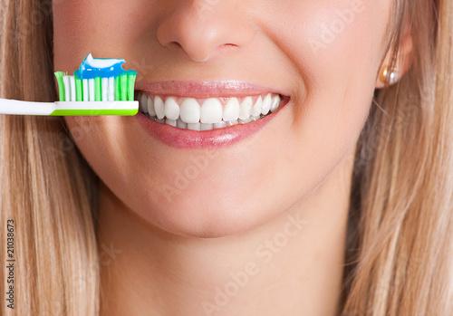 Mycie zębów - 21038673