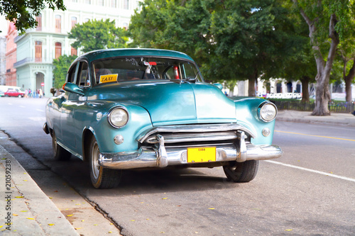 Foto op Canvas Cubaanse oldtimers Metallic green oldtimer car in the streets of Havana