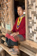 alte Frau mit Pfeife Asien