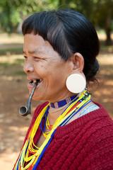 alte Frau mit Pfeife in Laos