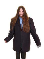 bambina con abiti grandi