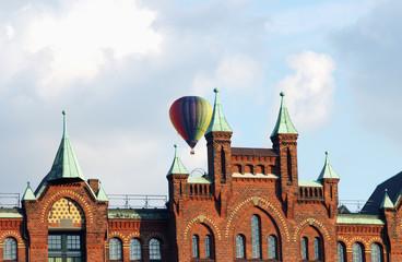 Heißluftballon über der Hamburger Speicherstadt