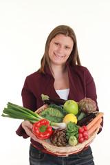 ragazza con cesto verdura e frutta