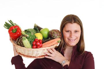 ragazza con cesto di frutta e verdura