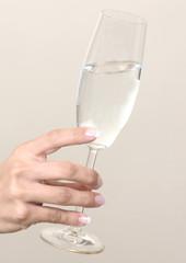 Hand mit Sektglas