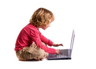 enfant qui navigue sur internet