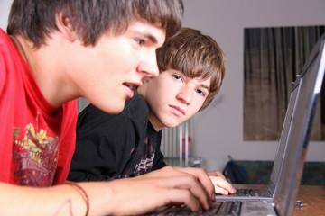 Zwei beim Computern