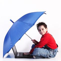 bambino con computer ed ombrello
