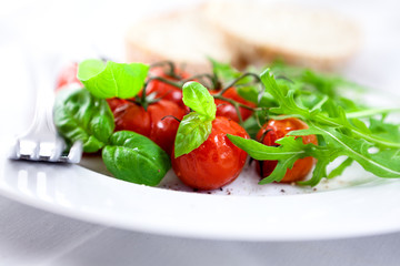 Baked tomatoes with arugula and basil
