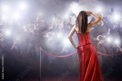Leinwanddruck Bild famous woman posing in front of paparazzi