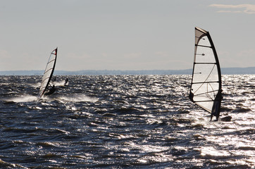 Windsurfers and kitsurfers go fast on waves