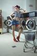 Junge Frau post sexy im Waschsalon