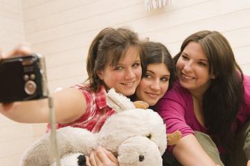 Jeunes filles jouant avec l'appareil photo numérique