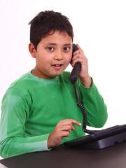 Junge am Telefon