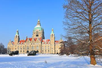 Neues Rathaus in Hannover mit Maschpark im Winter