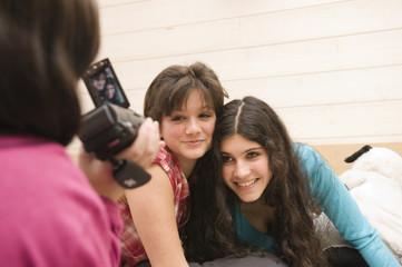 Jeunes filles riant devant la caméra