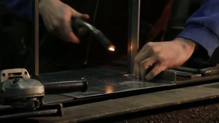Metallbearbeitung: schweissen und schleifen
