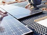 Installation de panneaux photovoltaïques sur un toit