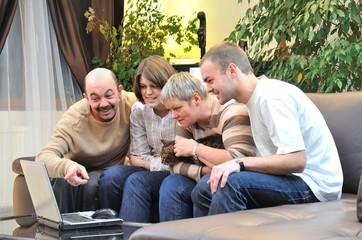 famille devant un ordinateur