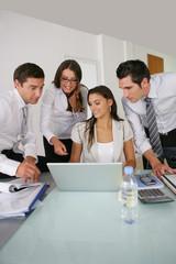 Hommes et femmes d'affaire au bureau