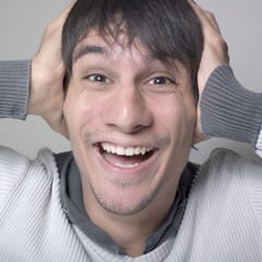 jeune homme sourire heureux