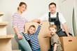 Familie zieht um in ihr neues Haus