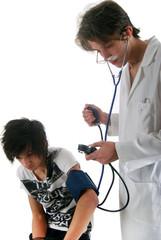 Médecin prenant la tension à un jeune patient