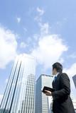 空を見上げるビジネスマン