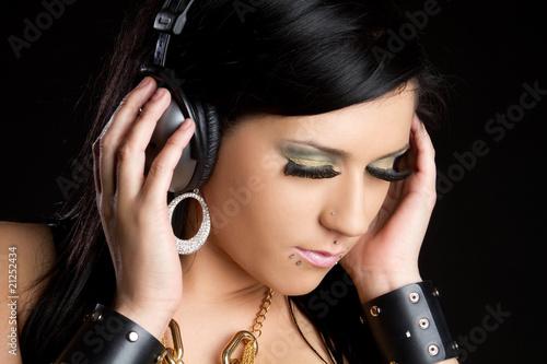 Она - девушка в стиле рок.
