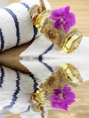 décor massage zen fleuri, huiles, serviettes, fond bambou