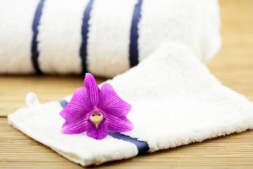 décor massage zen, orchidée, serviettes, gant, fond bambou