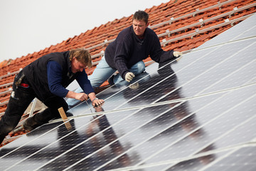 installing solar modules on a roof 08