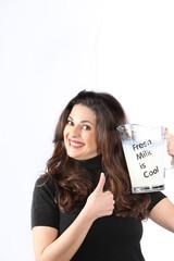 lachende. positive Frau mit Milch