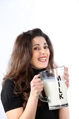 lächelnde Frau mit Milch