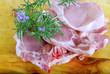 Présentation de côte de veau avec romarin